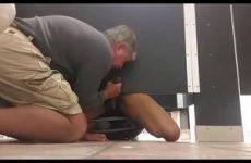 Op de wc pijpt de oudere man de stijve neger lul