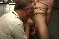 Oude man bindt jonge twink vast met touw