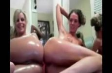Een groep lesbische meiden naakt voor de webcam onder de douche