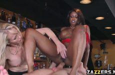 De donkere zuigt en word anal aangeduwd waarna het blondje een beurt krijgt