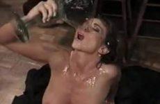 Sexy milf drinkt een groot glas cum