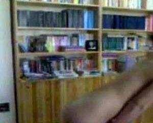 Ze mastubeerd met een flesje voor de webcam