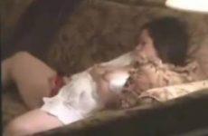 Een sexy milf stiekem gefilmt tijdens het masturberen