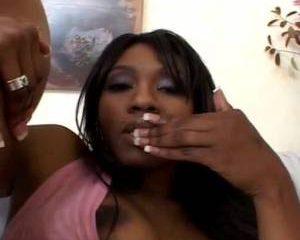 De vingers glijden in en uit haar Ebony kut tot ze een orgasme krijgt