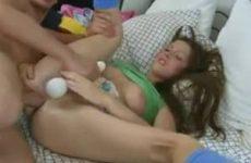Hij neukt het meisje anal en mastubeerd haar met een vibrator