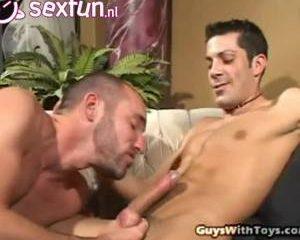 Homo boys experimenteren met dildo in anus
